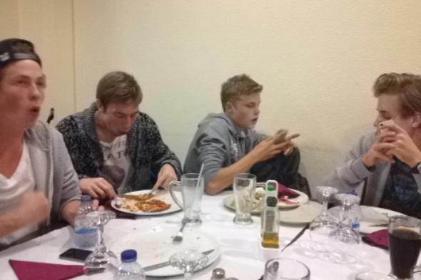 Gutta boys på restaurant.
